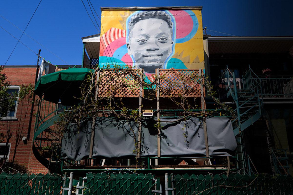 Une oeuvre murale d'artiste dans sa cour